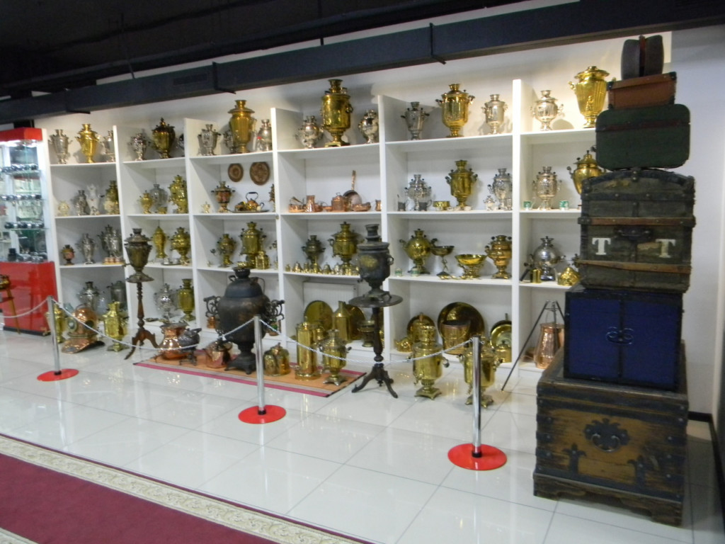 Коллекция старинных самоваров.
